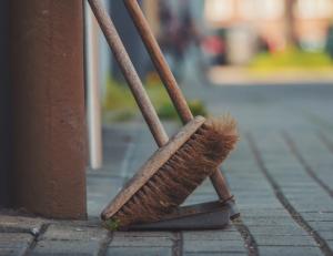 2019-12-14 10_25_36-brown push broom on dust pan photo – Free Broom Image on Unsplash