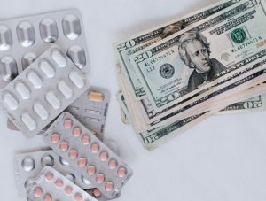 2020-06-23 20_12_04-Set of pills with heap of paper money · Free Stock Photo